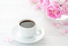 Ainda vida com xícara de café e ramalhete das rosas Imagem de Stock Royalty Free