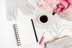 Ainda vida com xícara de café, flores das peônias e luvas na tabela clara Configuração lisa Vista superior Imagem de Stock Royalty Free