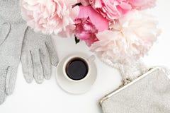 Ainda vida com xícara de café, flores das peônias e luvas na tabela clara Configuração lisa Vista superior Imagens de Stock Royalty Free