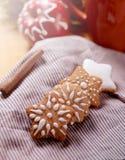 Ainda vida com xícara de café ou cacau, maçãs e cookies do pão-de-espécie com a decoração do açúcar de crosta de gelo Feriados de Imagem de Stock Royalty Free