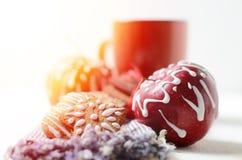 Ainda vida com xícara de café ou cacau, maçãs e cookies do pão-de-espécie com a decoração do açúcar de crosta de gelo Feriados de Fotos de Stock