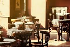 Ainda vida 1 Copos brancos da porcelana e um vaso do suporte de flores em uma tabela com uma toalha de mesa branca em um salão ma Imagem de Stock