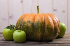 Ainda vida da abóbora e das maçãs Imagens de Stock Royalty Free
