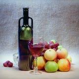 Ainda-vida da arte do vinho e das maçãs Fotografia de Stock Royalty Free