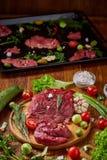 Ainda vida da carne crua da carne com os vegetais na placa de madeira sobre o fundo do vintage, vista superior, foco seletivo Fotografia de Stock Royalty Free