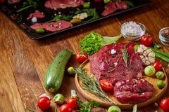 Ainda vida da carne crua da carne com os vegetais na placa de madeira sobre o fundo do vintage, vista superior, foco seletivo Fotos de Stock Royalty Free