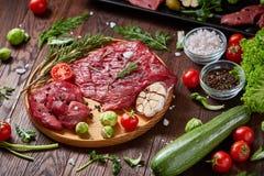 Ainda vida da carne crua da carne com os vegetais na placa de madeira sobre o fundo do vintage, vista superior, foco seletivo Foto de Stock Royalty Free