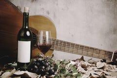 Ainda vida da garrafa de vinho tinto e do vidro de vinho Fotografia de Stock