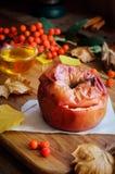 Ainda vida da maçã cozida com mel Fotos de Stock