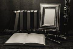 Ainda vida da moldura para retrato na tabela de madeira com clarinete Fotos de Stock Royalty Free