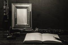 Ainda vida da moldura para retrato na tabela de madeira com clarinete Imagem de Stock Royalty Free