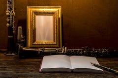 Ainda vida da moldura para retrato na tabela de madeira com clarinete Fotografia de Stock Royalty Free