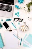 Ainda vida da mulher da forma, objetos azuis no branco Fotografia de Stock