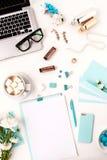 Ainda vida da mulher da forma, objetos azuis no branco Foto de Stock