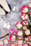 Ainda vida da mulher da forma Forma do ` s das mulheres com o ramalhete das rosas, dos cosméticos, do telefone e dos vidros no fu Fotos de Stock