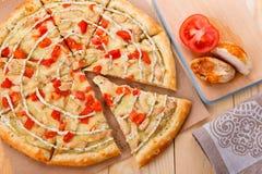 Ainda vida da pizza com galinha e tomates Imagem de Stock Royalty Free