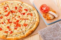 Ainda vida da pizza com galinha e tomates Imagens de Stock Royalty Free