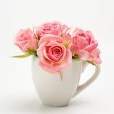 Ainda vida da rosa do rosa no copo cerâmico Foto de Stock Royalty Free
