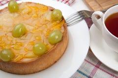 Ainda vida da torta e do copo recentemente cozidos do chá Fotografia de Stock Royalty Free