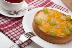 Ainda vida da torta e do copo recentemente cozidos do chá Fotografia de Stock