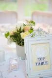 Ainda vida das decorações na tabela de café da manhã do casamento Imagens de Stock