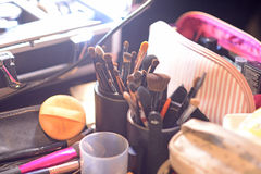 Ainda vida das escovas do artista no estúdio ensolarado Imagens de Stock Royalty Free