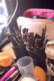 Ainda vida das escovas do artista no estúdio ensolarado Fotos de Stock Royalty Free
