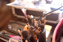 Ainda vida das escovas do artista no estúdio ensolarado Fotos de Stock