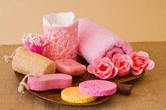 Ainda vida das ferramentas e dos meios para o skincare e o cabelo em um co cor-de-rosa Imagens de Stock Royalty Free