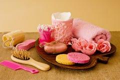 Ainda vida das ferramentas e dos meios para o skincare e o cabelo em um co cor-de-rosa Fotografia de Stock Royalty Free