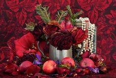 Ainda vida das flores, da fruta, da colar e dos livros imagens de stock