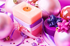 Ainda-vida de ano novo com uma vela na violeta Imagem de Stock Royalty Free