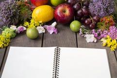Ainda vida de arranjar flores e fruto no fundo de madeira fotografia de stock royalty free
