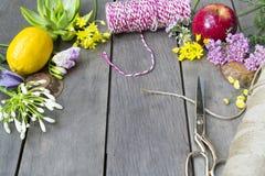 Ainda vida de arranjar flores e fruto no fundo de madeira imagens de stock royalty free