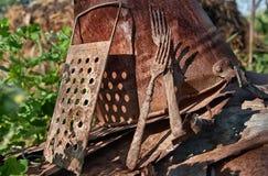 Ainda vida de cubetas oxidadas, forquilhas, raladores Fotografia de Stock