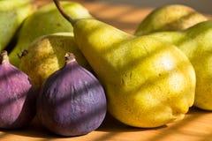 Ainda vida de figos vermelhos, peras verdes Fotos de Stock Royalty Free