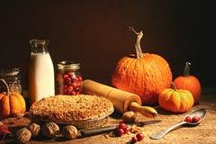 Ainda vida de frutas do outono e e de torta do crumble Fotos de Stock