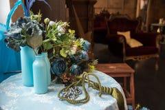 Ainda-vida de garrafas artificiais de flor e de vidro Imagem de Stock