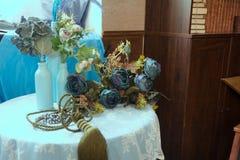 Ainda-vida de garrafas artificiais de flor e de vidro Fotografia de Stock Royalty Free