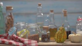 Ainda vida de garrafas de vidro, de latas e de vidros transparentes video estoque