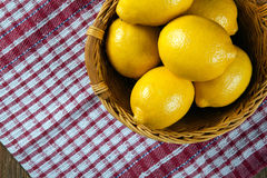 Ainda vida de limões frescos em uma cesta e em um guardanapo Fotos de Stock