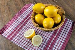 Ainda vida de limões frescos em uma cesta e em um guardanapo Fotografia de Stock