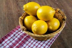 Ainda vida de limões frescos em uma cesta e em um guardanapo Imagem de Stock
