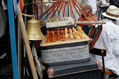 Ainda vida de malas de viagem do vintage, xadrez, livros no ` brilhante dos povos do ` do festival no dia da cidade em Moscou Imagens de Stock