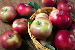 Ainda vida de muitas maçãs em um guardanapo na cesta Imagens de Stock