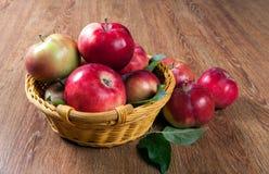 Ainda vida de muitas maçãs em um guardanapo na cesta Fotografia de Stock Royalty Free