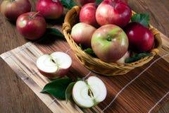 Ainda vida de muitas maçãs em um guardanapo na cesta Foto de Stock