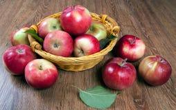 Ainda vida de muitas maçãs em um guardanapo na cesta Imagem de Stock Royalty Free
