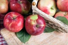Ainda vida de muitas maçãs em um guardanapo na cesta em um guardanapo Fotografia de Stock Royalty Free