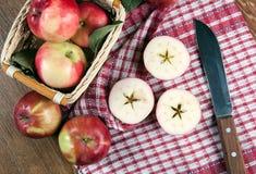 Ainda vida de muitas maçãs em um guardanapo na cesta em um guardanapo Foto de Stock Royalty Free